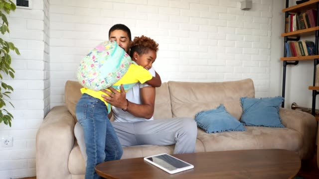 vídeos de stock e filmes b-roll de gorgeous daughter arriving home from school - mochila saco