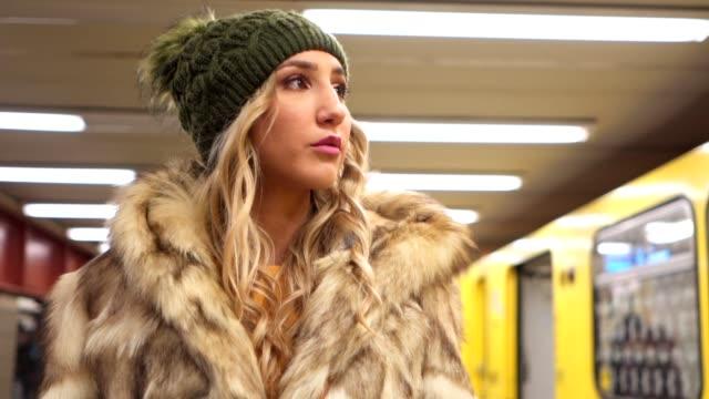 ursnygg flicka på en tunnelbanestation - päls textil bildbanksvideor och videomaterial från bakom kulisserna