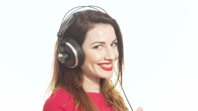 Wunderschöne Mädchen schwanken und die Musik im Kopfhörer shying – Video