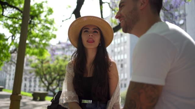 公園でリラックスしながら、彼女のボーイフレンドと話すゴージャスな女の子 ビデオ