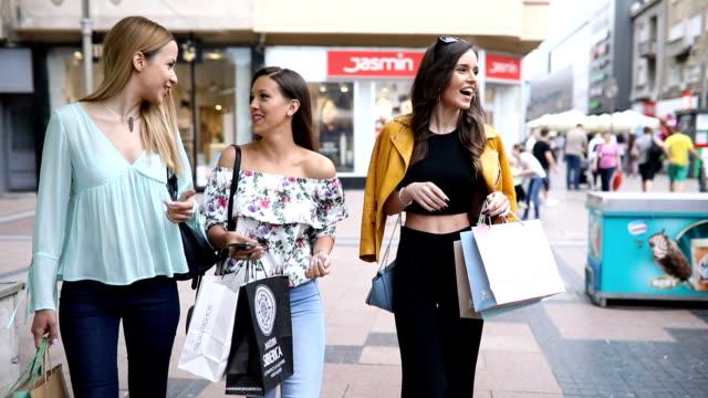 wunderschöne damen, die rückkehr von zusammen einkaufen - sonnenschirm stock-videos und b-roll-filmmaterial