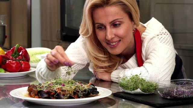 vidéos et rushes de femme mature belle décoration à déguster sa cuisine au - recette