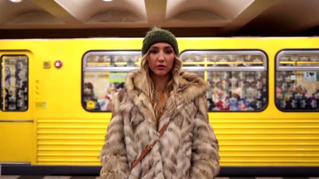 stockvideo's en b-roll-footage met prachtige moderne vrouw in de metro - flirten