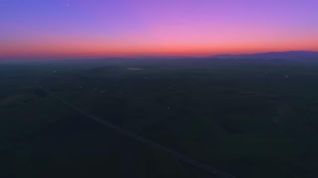 underbara tid förflutit ultra bred flygfoto över motorvägen trafik i skymningen - pink sunrise bildbanksvideor och videomaterial från bakom kulisserna