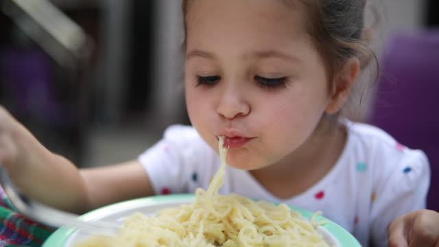 vidéos et rushes de magnifique bébé manger des spaghettis à la maison - spaghetti bolognaise