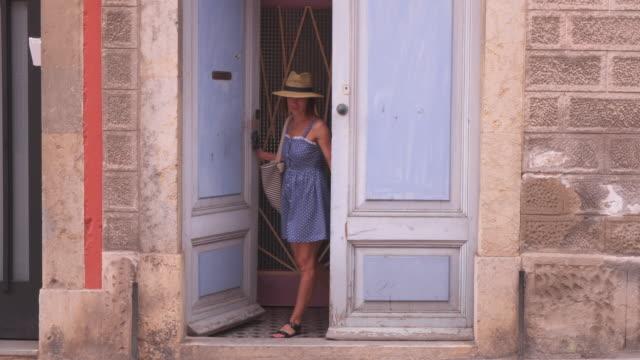 vídeos y material grabado en eventos de stock de hermosa mujer en ropa de verano salir de casa - despedida