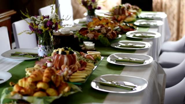 結婚式のテーブルをゴージャスに見える - テーブル 無人のビデオ点の映像素材/bロール