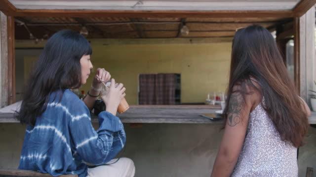 vidéos et rushes de gossip time pour les amis féminins dans le café. - relation client