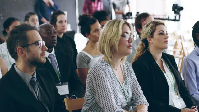 har du något att säga? de lyssnar - affärskonferens bildbanksvideor och videomaterial från bakom kulisserna