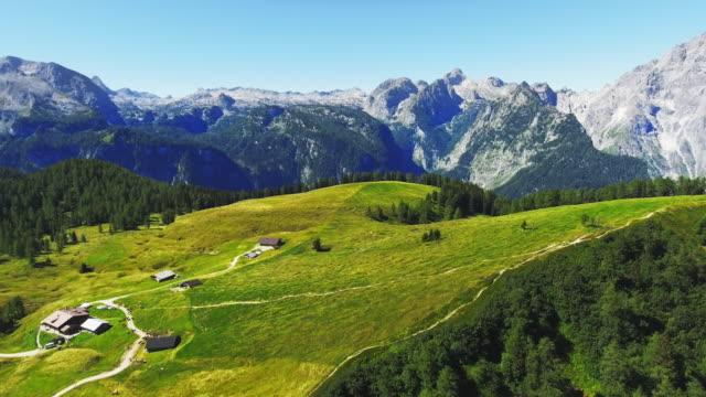 vídeos y material grabado en eventos de stock de pasto de la montaña gotzenalm en los alpes de berchtesgaden - alpes europeos