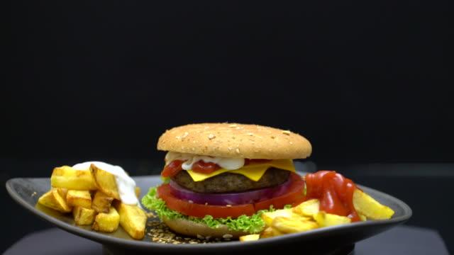 4 k homestyle burger - cheeseburger filmów i materiałów b-roll
