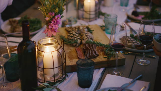 en gourmetmiddag med vänner - vin sommar fest bildbanksvideor och videomaterial från bakom kulisserna