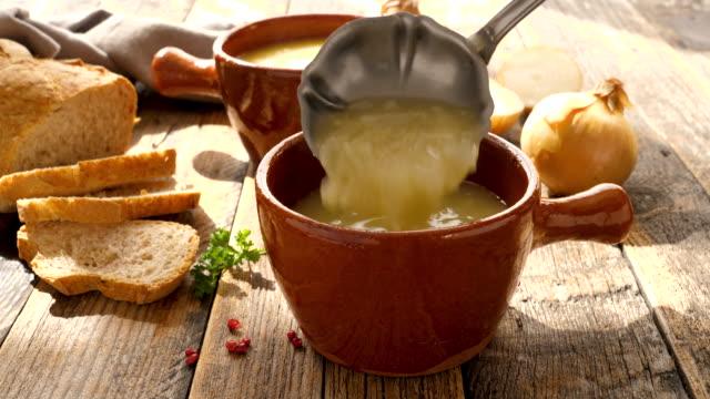 gourmet lök soppa i skål - buljong bildbanksvideor och videomaterial från bakom kulisserna