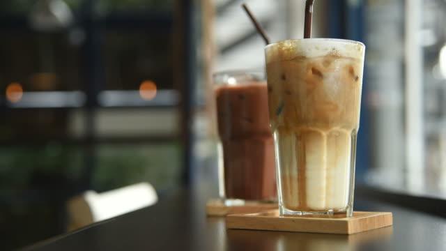 hd: ta en kaffe på ett kafé - iskaffe bildbanksvideor och videomaterial från bakom kulisserna