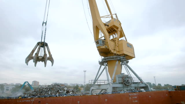 Grab bucket crane for recycling metallic waste video