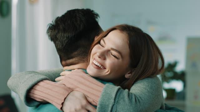 stockvideo's en b-roll-footage met hugg - omhelzen