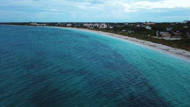 stockvideo's en b-roll-footage met grace bay beach luchtob turks en caicos - providenciales