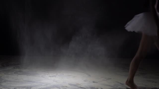 夜の夜の優雅なダンサーと暗闇の中のほこり ビデオ