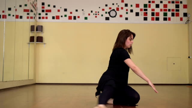 graceful girl practicing ballet in the studio , performs the elements of dance - body abbigliamento sportivo video stock e b–roll