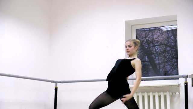 graciös flicka tränar balett i studion, ultrarapid, gör piruetter - piruett bildbanksvideor och videomaterial från bakom kulisserna