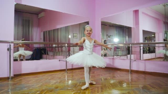 優雅な女の子にスタジオでバレエを練習します。 - バレリーナ点の映像素材/bロール