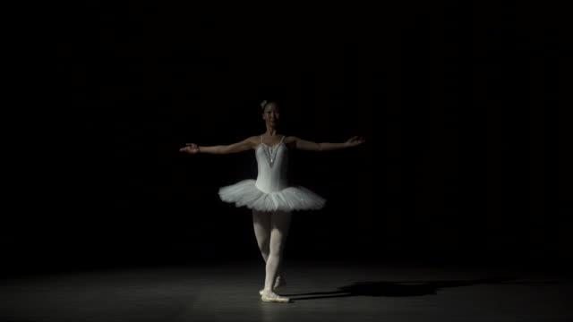 優雅な女性のダンスのバレエ - バレエ点の映像素材/bロール