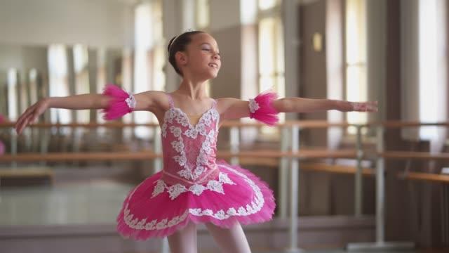 anmutige junge ballerina - ballettröckchen stock-videos und b-roll-filmmaterial