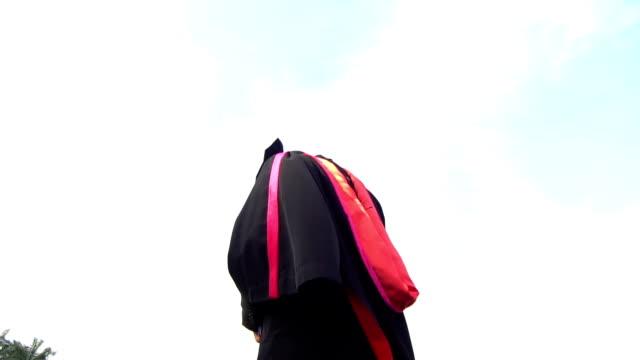 estudiantes de postgrado lanzar sombrero. - vídeo