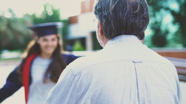 Étudiant diplômé étreindre son père - Vidéo