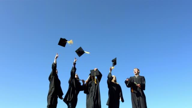 Chapeaux de diplômés de lancer dans le ciel - Vidéo