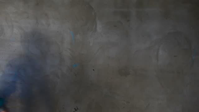 vídeos de stock, filmes e b-roll de a artista de grafite para seu texto (hd - wall texture