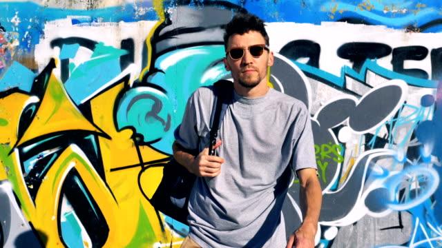 グラフィティ アーティストの背後にある彼の仕事を葉します。 - street graffiti点の映像素材/bロール