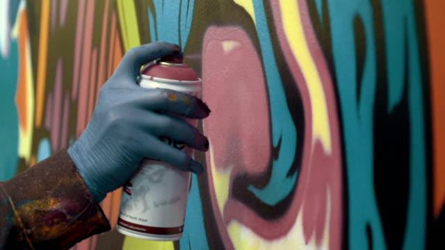 graffitikonstnär måla på väggen, interiör, närbild - klotter bildbanksvideor och videomaterial från bakom kulisserna