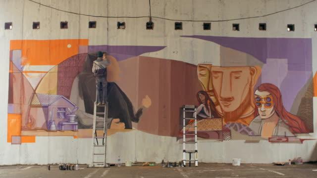 graffiti-künstler malen an der wand - künstlerischer beruf stock-videos und b-roll-filmmaterial