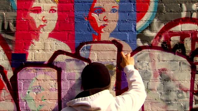 グラフィティ都市の壁のアーティストの絵画 - street graffiti点の映像素材/bロール