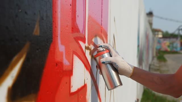 落書きアーティスト吹きかける paint on 壁(hd - street graffiti点の映像素材/bロール