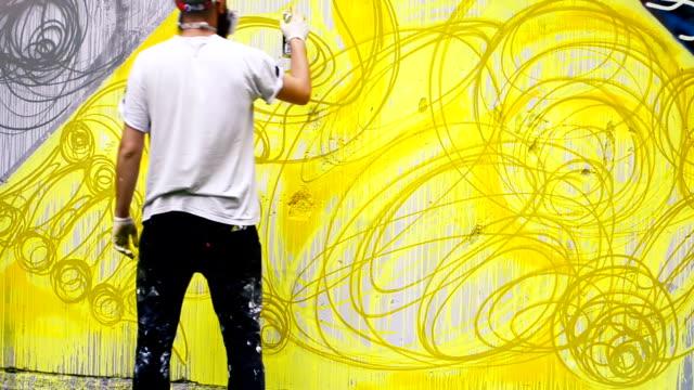 graffiti auf einem zaun. - künstlerischer beruf stock-videos und b-roll-filmmaterial