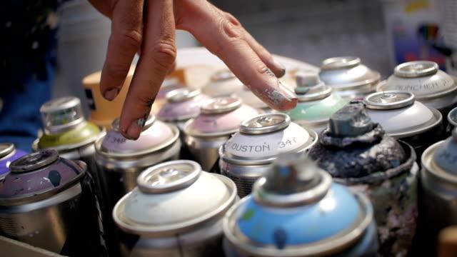 グラフィティ ライターの色を選んで手スプレー缶します。 - street graffiti点の映像素材/bロール