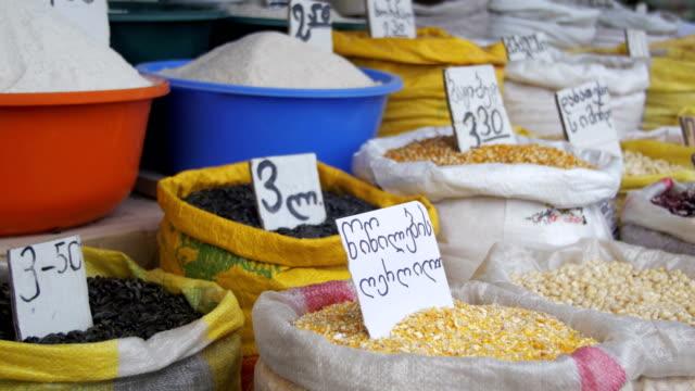ジョージア州の市場で袋の穀物 - ローフード点の映像素材/bロール