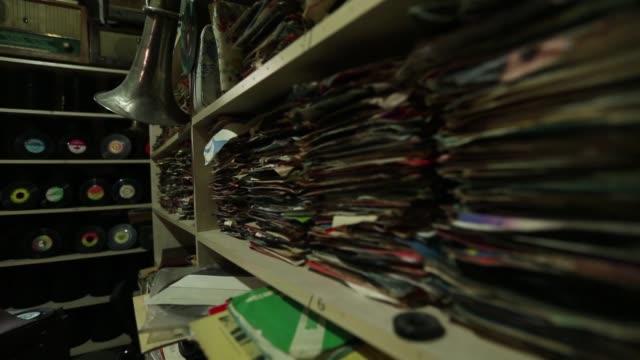 negozio di collezionisti di dischi grammofono. kayseri kayseri/turchia 23/05/2014 - disco audio analogico video stock e b–roll