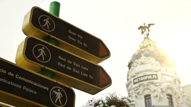 Gran via und touristischen Sehenswürdigkeiten der Beschilderung in Madrid – Video