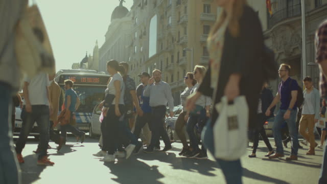 gran via i madrid, spaniens huvudstad staden - spain solar bildbanksvideor och videomaterial från bakom kulisserna