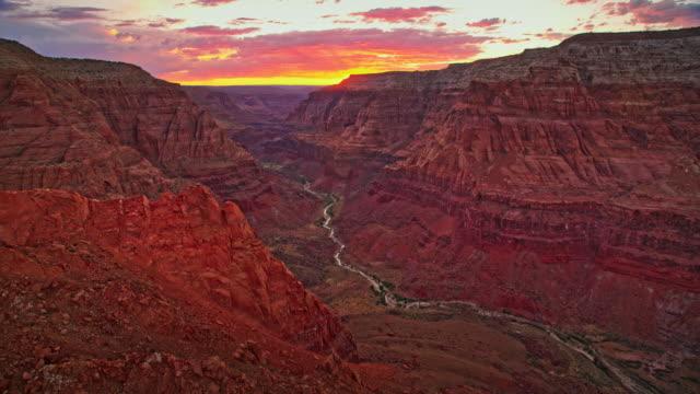 夕日を背景にしたエアリアルグランドキャニオン - 国立公園点の映像素材/bロール