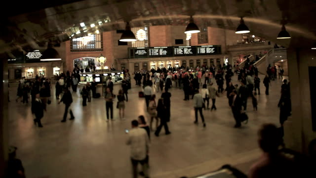 grand central station (inclinazione della lente a scorrimento - subway video stock e b–roll