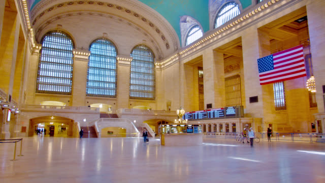 Grand Central Terminal während der Pandemie. Leer, ruhig. Amerikanische Flagge. Soziale Entsung, Ausnahmezustand. – Video
