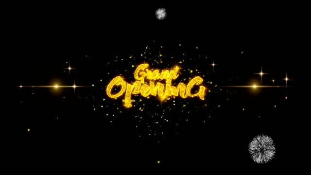 vídeos y material grabado en eventos de stock de gran apertura de texto dorado partículas parpadeantes con exhibición de fuegos artificiales dorados - gran inauguración