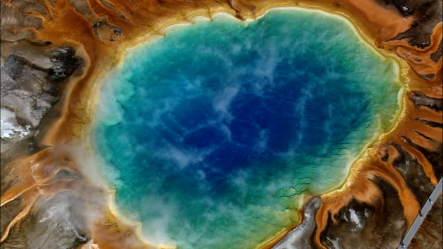 grand prismatic spring - aerial view - wyoming, contea di teton, riprese in elicottero, video aereo, cineflex, creazione di riprese, stati uniti - parco nazionale video stock e b–roll