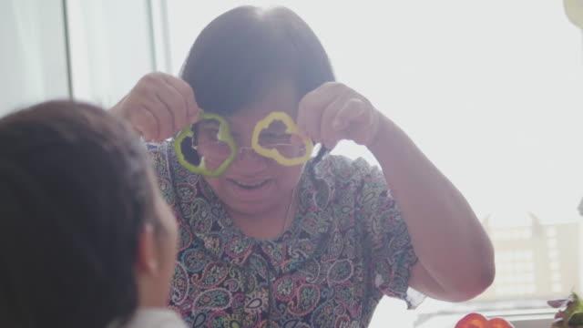 wnuki i babcia ciesząc się śniadanie - babka dziadek i babcia filmów i materiałów b-roll