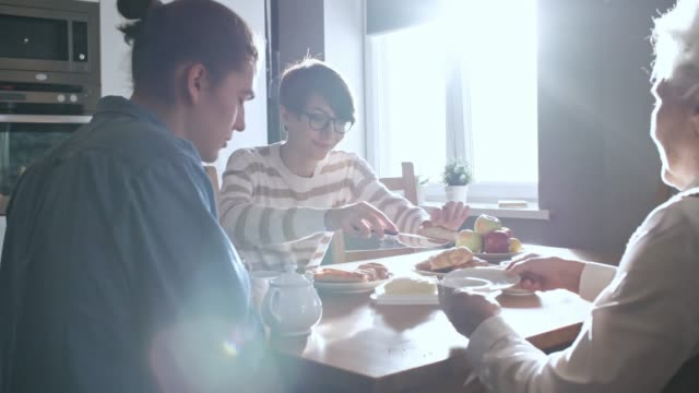 enkel und oma frühstück - frühstück stock-videos und b-roll-filmmaterial