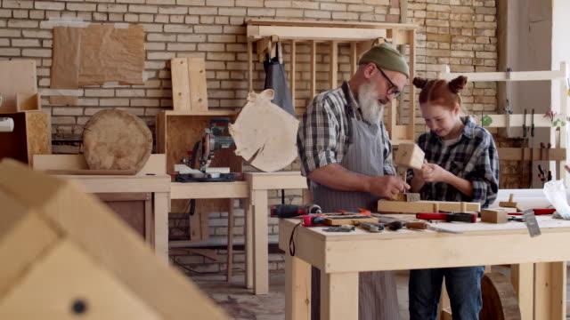 granddad med barnbarn som arbetar med trä - hammare bildbanksvideor och videomaterial från bakom kulisserna